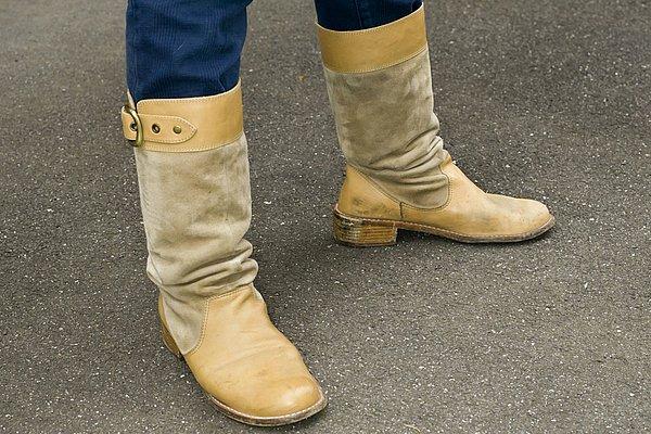 インディゴカラーのパンツにベージュのブーツ、とても相性が良く、春夏にはぜひ取り入れたいカラーコーディネートですね。しかしバイクに乗るときはチェンジペダル等で汚れるから、お手入れは忘れずにね!