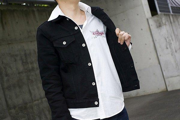 """ホワイトカラーのシャツが清潔感あっていいですね。チラリと覗くインナーの襟ぐりが詰まっていなく、ざっくりと開いてスッキリ見せていますね。胸の""""E.YAZAWA""""がアクセントに!(笑)"""