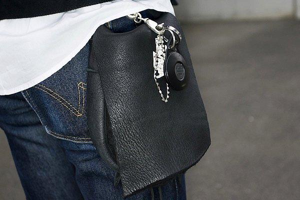 画像ではハッキリ分かりづらいのですが、変わったデザインのウエストバッグが個性ありますね。