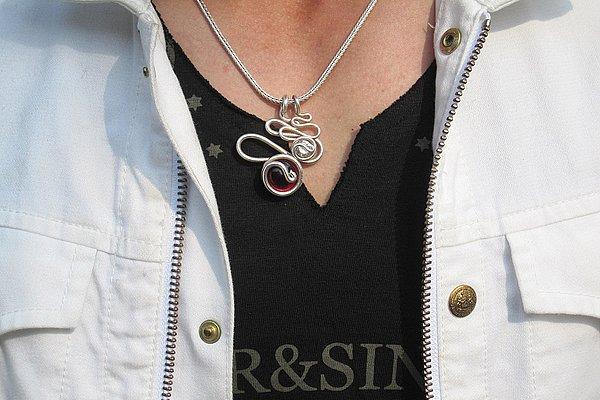 VネックでもUネックでもない、個性的な変形ネックに開きが深いだけに首元の寂しさをネックレスでカバー。ハードすぎずバランスが良いですね。