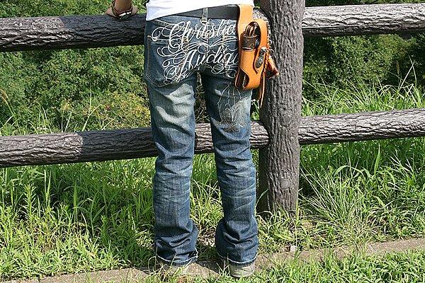 """ヒップ部に刺繍が施されたジーンズはインパクト大! サイズ感が若干ユッタリしていますが、もっとオーバーサイズの""""ボーイフレンドデニム""""的なサイズ感の方が現代のトレンド感を表現できたかも? 私の男目線から言わせてもらうと、ジャストサイズでセクシー感漂うピタピタラインも好きです(笑)。"""