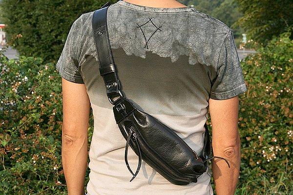 ワンショルダーの小振りのレザーバッグは、全身のバランスを崩すことなく馴染んでいますね。布やナイロン製に比べると格段に高級感があり、大人なら必須アイテムと言えます。なぜなら、革製品は見た目とプライスが比例しているからです。