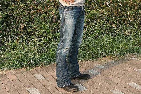シンプルなインディゴカラーのジーンズは、Tシャツのデザインとのバランスを考えれば正解です。ブーツカットだからブーツの収まりもイイですね。