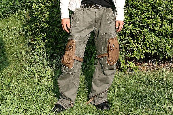 裾部をツイストして付くファスナーや、何本も入ったステッチワークが拘りを感じる1本です。ワタリが太めですからバイクに跨ってもストレスなく着用できますね。