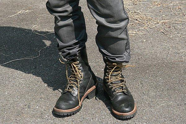 ジーンズの裾をブーツインする着こなしにはポイントがあります。①高さのあるブーツ、そして②ジーンズのシルエットはテイパードラインです。裾をインしてシェイプを美しく見せるためには、膝下から細くなるシルエットにブーツの履き口の大きさ(バランス)が重要。今回はジーンズがギュッと絞られちゃってラインが美しくありません。ブーツの履き口を広げてジーンズの裾幅に合わせれば、スッキリ見えるでしょう。