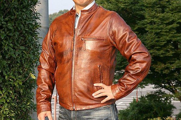 """ブラウンカラーのレザージャケットもシンプルデザイン(汗)。すべてのアイテムが無地でシンプル。良く捉えるとアパレル業界では""""飽きのこないデザインですよ~!""""とセールストークに使っちゃいます(笑)。"""