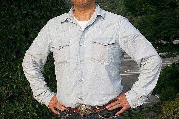 """シャツをインしてウエストマークでベルトを見せているのはイイですね。シンプルなシャツなので、ダラ~っとシャツを出しているとアクセントのベルトも隠れ、さらに寂しく見えてしまいます。無地のシャツをチェック柄に変えるだけでも""""こなれ感""""が出ますよ。"""