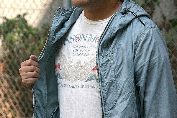 ナイロンZIPパーカに、インナーにはプリントTシャツ。いい感じでまとまっていると思います。愛車とのカラーリングを考えなければアリですね。