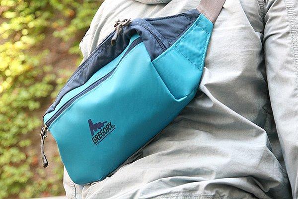 このように斜めがけしてショルダーバッグとして、またはウエストバッグとしても重宝しますね。カスタムしたハーレーに、レザー素材のサイドバッグを装着している方を良く見かけますが、アパレル業界の私からは見た目がカッコ悪くNGです。