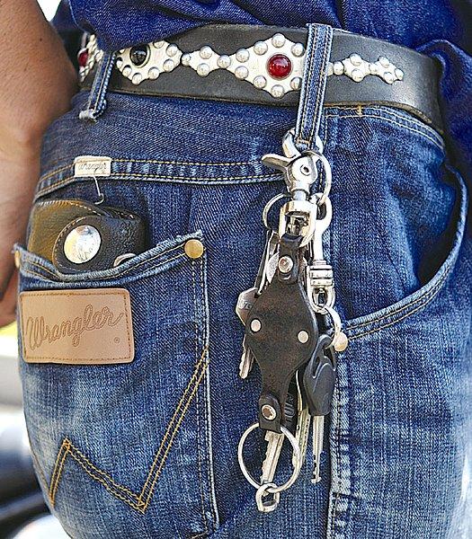 唯一ベルトだけがデザイン性あるスタッズベルト。今では誰でも1本は持っているでしょう。このベルトを活かしてローライズのボトムスにシャツをインしてベルト見せてマークさせれば印象はガラッと変りますよ。股上深いボトムスではNGですので注意してください。