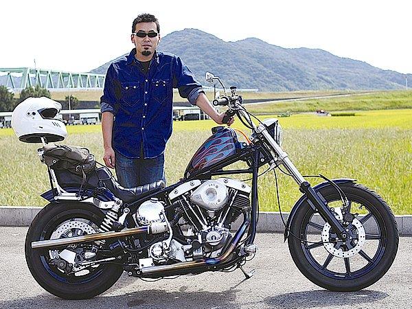 カスタムされた愛車はショベル。随所にカスタムが施されてインパクトがありますが……こちらもオーナーさん、シンプルすぎ~(笑)。愛車のオーラは写真からでも伝わって来るのに。「バイクに乗るのにファッションなんか気を遣ってられるかっ!」ってセリフが聞こえてきそうですが、そう言われると元も子もない話になります(汗)。バイクに乗らない人からも、「あの人のようにバイクにカッコ良く乗りたいっ!」って思わせることが、ライダーひとりひとりが業界を盛り上げるために必要なことだと思うので、ぜひいろいろ挑戦してみてください!