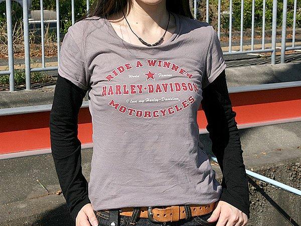 こちらもHarley-Davidson製のTシャツも彼女にはワンサイズ大きい印象です。それにしても2アイテムもHarley-Davidson製。セレクトするアイテムの間口が狭すぎ。チョッとやりすぎな印象です。