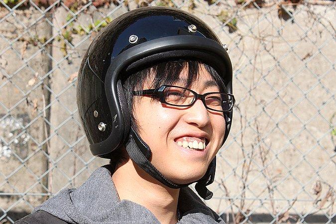 """この画像でファッションの何をコメントするか悩みます(涙)。""""ヘルメットの被り方が変っ!""""としかコメントがないのですが……アイウェアの掛け方はあえてノーコメント(笑)。基本ヘッドウェアも同じだけど、眉毛が隠れるくらい深く被るといいんだけどね。"""