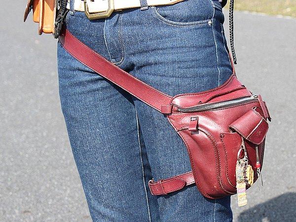 ガンフォルダータイプのバッグ、ちょっとした小物を入れるには重宝しますね。デザインが個性的ですが歩き辛くないのでしょうか?(笑)