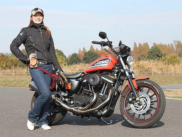 バイク乗りのウェアは、大きく分けると「バイク専用にデザインされたウェア」と「タウンユースがメインのウェア」。そりゃあ安全性や動きやすさという点で言えば、文句ナシにバイク専用ウェアに軍配が上がります。どちらを選択するかはそれぞれの好みや考え方によるけど、バイク専用ウェアって昔に比べればまだマシになったものの、ファッション業界から見ればまだまだ。どちらも同じアパレル業ですが、ファッションと呼べるか?は疑問です。前置きが長くなりましたが、トモカさんのファッションを見ていて、アウターのサイズが若干大きいようなブラックカラーよりアースカラーやパステルカラーなんかだと女性らしさも演出できるし、オレンジカラーの愛車とも合うんじゃないのかな?と思った次第です。