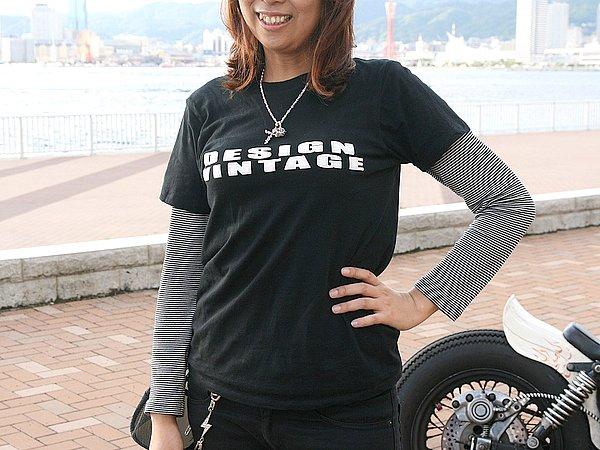 あえて女性らしさを演出していないのでしょうか? メンズライクなボックスシルエットのTシャツにロンTをレイヤード。お洒落かどうかは、読者の判断にお任せします(笑)。