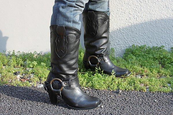 ウェスタン・リングブーツは、このようにジーンズをインしたりミニスカートとの相性も抜群。着こなしの幅が広がるアイテムです。手入れも行き届いて清潔感があります。女性がくたびれたブーツを履いているのを見るとゲンナリするのは私だけでしょうか?(笑)