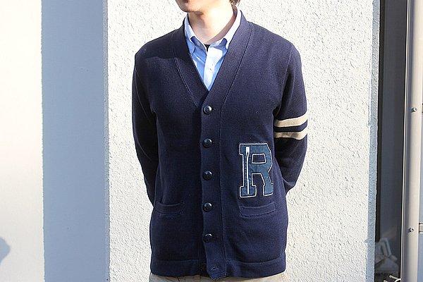 """カーディガンは""""ラルフローレン""""でしょうか? インナーのBDシャツといい、正統派の組み合わせ。なかじーさーん、これじゃ面白いコメントが書けませんよー(涙)。"""