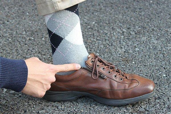 """ソックスまで""""アーガイル""""で、プレッピースタイル完璧じゃん……って、んっ?……いや~、なかじーさん! 期待を裏切りませんなぁ! ちょっと何ですかぁ~~? このシューズ! 脱ぎ履きしやすいようにファスナーが付いてるじゃないですか? お父様のお下がりとのことですが、このような靴は足腰が弱くなって屈めないオジーサンになってからでも遅くないでしょ(笑)。DAYTONAで所ジョージさんが絶賛していた逸品らしいのですが、撮影のためか? 狙って履いてきたならわかるけど、その若さで普段履きしていたら私には理解できませんよっ!(涙)"""