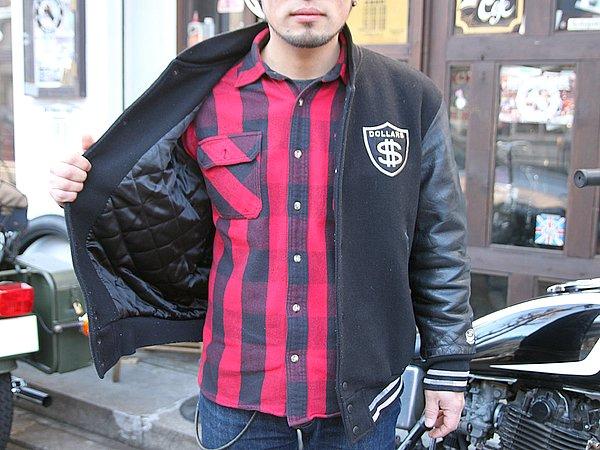 黒のアウターに、インナーは真逆の赤いチェックシャツ。カラーコーデも意識していますね。