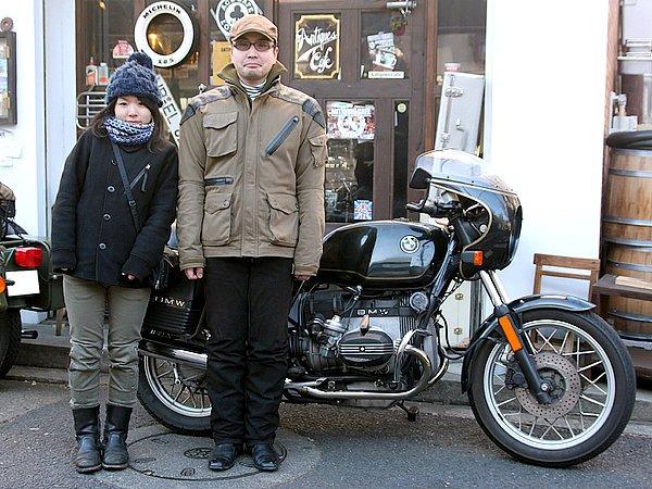 ビキニカウルが似合う愛車BMW R100CS、ヴィンテージ感漂う佇まいが素敵ですね。オーナーのファッションは、腰回りを覆ってくれる着丈の長めなブルゾンに、ボトムスは黒系のパンツ、ヘッドウェアはハンチングでまとめられていますね。ビーマーに多く見られるシンプルなファッション。お歳を拝見したら……まだ30歳じゃないですか! 同年代かと思っちゃいましたよ~スミマセン(涙)。原因はサイズの大きなアウターと暗めなカラーコーデ。ジャストサイズだと、防寒のために厚めのインナーは着られないし……。バイク乗りのオシャレと機能性を両立させるのは、ホント難しいです。