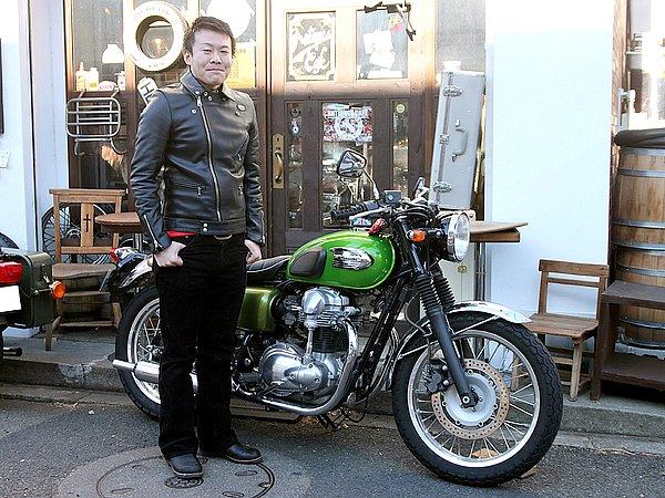 """ブリティッシュ系バイクのような古き良き雰囲気を持った""""ネオクラシック""""に属するW400。そのオーナーのジャケットがルイスレザース……狙ってるでしょ?(笑) これに""""パンク&ロカビリー""""的なイメージ(細身のパンツなど)を取り入れると、ソレっぽい印象になるんだよね。うまくコーディネートしないと、ジャケットに""""着せられちゃってる""""印象が出てしまいそうなライダースです。愛車とジャケットの相性はバツグンだけど、もしその相性を狙っているのであれば、ぜひ細身のパンツでブーツインを! そうすれば、もっとルイスレザースの良い雰囲気が出ますよ。"""