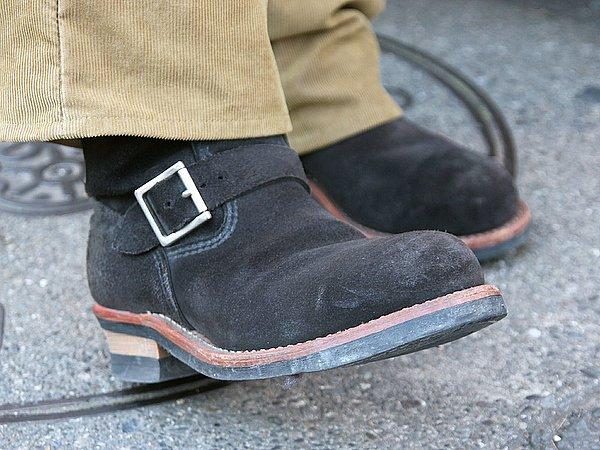 茶系のパンツに黒のエンジニアブーツ。一見すると色の相性が悪そうですが、ブーツの素材がバックスキンなんで違和感なく馴染んでいますね。