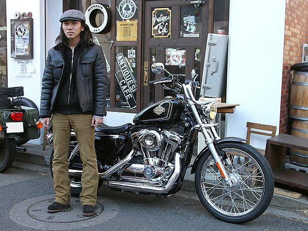 ブラックカラーのスポーツスター1200カスタムが愛車のTAKEさん。ファッションはいたってシンプルですが、愛車とセットで見ると男っぽく見えるよね~。アウターはダブルフェイスのムートンジャケットでしょうか? コレ、最高に暖かいと思いますよ。バイクウェアメーカーのジャケットと比べると、オシャレ感に差が出てかなり好印象。バイクに乗らない日だってタウンユースでガンガン着られるしね。今回のコーデはアウターとインナーが共に黒色なんで、茶系のコーデュロイパンツを合わせたカラーコーデはイイ感じですね。
