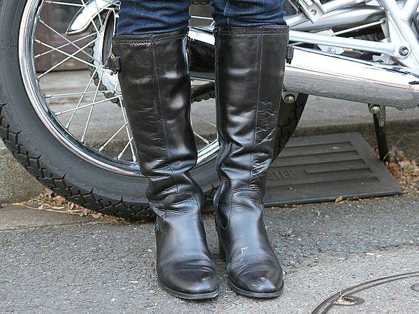 こちらのブーツ、チェンジペダルのための補強レザーがついていないので、バイク専用のブーツではないとお見受けしました。スッキリしているので個人的には好みのスタイルですが、安全性を求めるなら分厚いレザーを使用したバイク専用のブーツになるでしょう。しかし補強レザーパーツ等がデザインを損ねてしまうため、ファッション性が劣るんだよね。どちらをチョイスするかは本人次第。