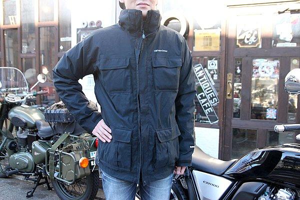 ファッションとして見ると肩が落ちていて、ジャケットが2~3サイズ大きい感じ。ただバイク乗りとして(ファッションにこだわらなければ)まだまだジャケットの下には余裕があるんで、たくさん着込んで防寒対策になるサイズ感ですね。