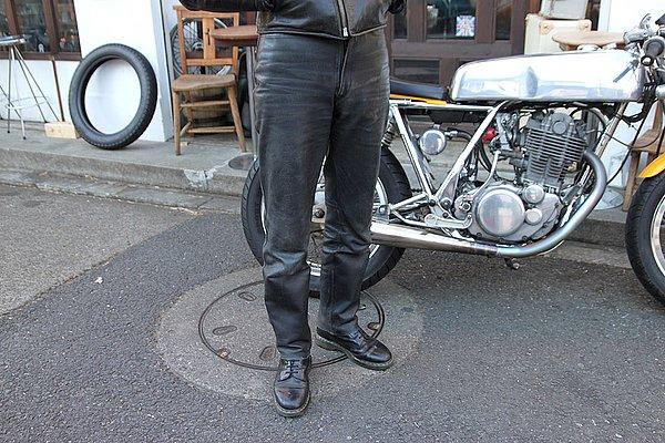 足元はエンジニアブーツに細身のパンツをブーツインして、ロッカースタイルを演出してみても楽しいですよ。
