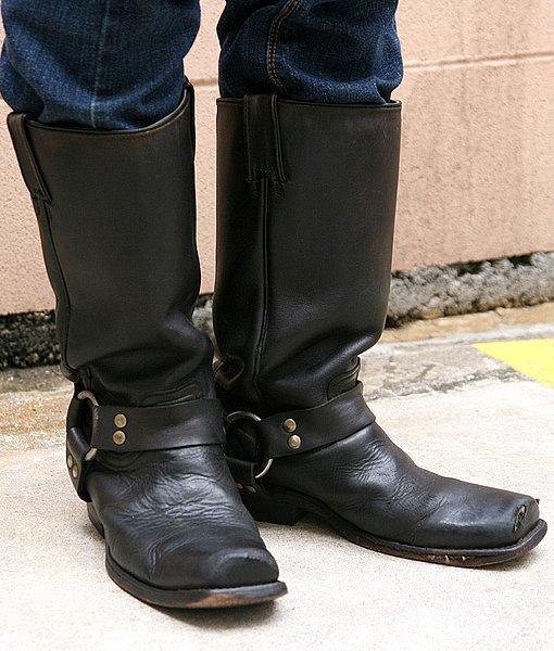 こちらのリングブーツは筒部分が広く、ブーツインするなら女性の細い足には余ってしまっています。ボトムスのシルエットとの相性を考慮していればなお良かったですね~。