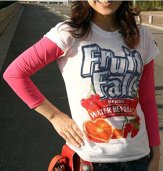 Tシャツのサイズ感もバッチリ! ピンクのTシャツとのカラーコーデも春の季節感が出てイイ感じ。