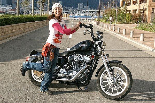 過去に乗り継いできたのは国産スーパースポーツばかりという変わりダネのSHIHOさん。ポップな色使いでコーデしていながら、自身のファッションとは裏腹に愛車はブラックカラー。女性ハーレー乗りって黒以外のカラーが多いような気がするんですけど……偏見?(笑) いかにも男が乗ってそうなバイクを女が乗る! うん、このギャップはかなり好きです。今回のコーデなら足元のエンジニアブーツは、ブラックよりブラウンまたはベージュの方が良かったと思います。黒だと重たいでしょ? それとレザーアイテムは色を統一した方がまとまりますよ~。