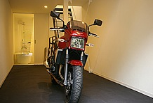 余裕のあるガレージスペースは15平方メートル。奥行きもあるため、大型バイクでも余裕をもって停めることができる。