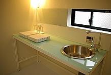 電化キッチンは広めのスペースを確保。週末にゆっくりと料理を楽しむこともできるこの余裕が大人の隠れ家にマッチ。