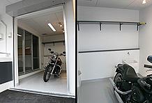 ガレージの広さは5.1帖(部屋によって異なる)とかなりのもの。内部には洗車に使える蛇口や棚が備え付けられている。