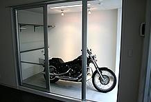 ガレージとリビングを隔てているのはガラス戸1枚。ゆっくりとくつろぎながら愛車を眺められる毎日が実現できるのだ。