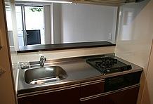 2口のガスコンロや石目エンボス仕上げの天板など、デザインと機能性にこだわったキッチンの設備も魅力のポイント。