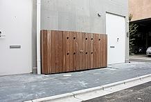 玄関前には洗車スペースが設置してある。汚れた車両もキレイに洗車してから入庫できるのは嬉しい。蛇口ハンドルは各住居人に配られる。