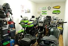 約6.5畳というゆとりある広さのプライベートガレージルーム。バイクを保管するだけではなく、ウェアやコレクションを収納するスペースも確保可能。