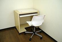 標準装備の机・椅子のセットは希望によって省略することも可能。最大限のスペースを確保したいという利用者にも柔軟に対応してくれる。