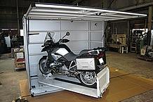 扉を開けるとルーフになる設計。タイヤロックによりバイクが直立固定となっているので、メンテナンス作業にも最適。
