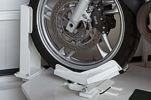 12~21インチまでのフロントタイヤに対応可能なタイヤロックを標準装備。直立させたまま愛車をがっちり固定する。