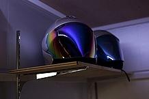ガレージ上段に棚板を設置。サイズはW800×D300(mm)で、ヘルメットなら2個が置けるスペース。使い勝手の良さが魅力。