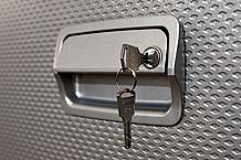 盗難から愛車を守るキーロックを標準装備。さらに有料オプションとして、電磁ロックへの取り替えが可能となっている。