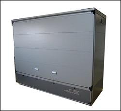 近未来を思わせるシンプルかつスタイリッシュなデザインのボックスガレージ。外装にはガルバリウムサイディングを使用、さらにウレタン断熱材を施しているので、夏場は温度上昇を防ぎ、冬場には結露を予防するなど機能性はバツグン。
