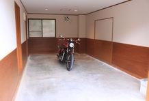 6.370×3.640mmのシャッター付きガレージに、大きさの目安として大型バイクを置いてみたが、6台以上が入りそうだ。小型車ならまだまだ入る。