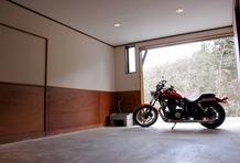 限られたスペースなので、まず読者が見たいであろうガレージの写真をもう1枚アップしておこう。大型バイクを横向きにして置くこともできる広さだ。