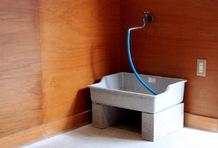 ガレージ内に水道設備があり、洗車もできる。AC電源や換気扇も車庫内に揃う。充実の住居スペースは公式ウェブサイトでご覧あれ。